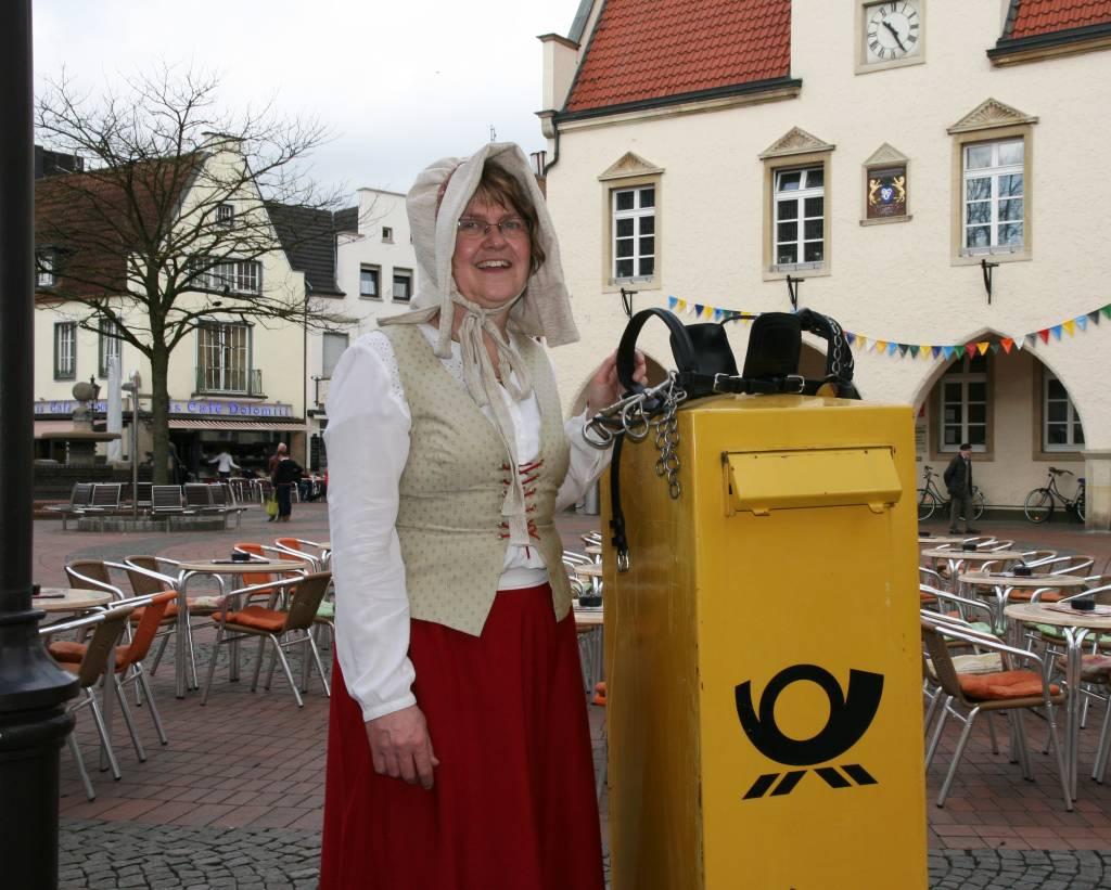 Bild von Charlotte vor den Rathaus - Foto Stadtagentur