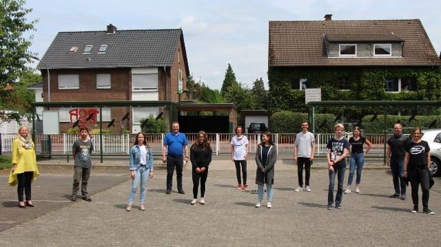 Gruppenfoto unter Coronabedingungen: Schulleiterin Dagmar Perret und Bürgermeister Bodo Klimpel gratulierten den Jugendlichen.
