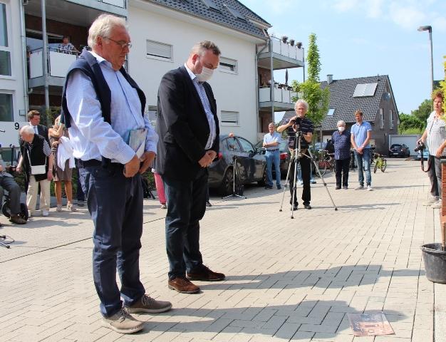 Hermann Kleine Büning (li.) und Bodo Klimpel gedachten bei der Stolperstein-Verlegung dem Euthanasie-Opfer Bernhard Leo Peters.