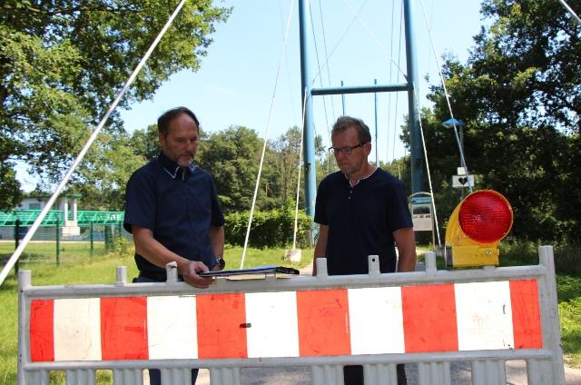 Siegfried Schweigmann (li.) und Marc Borgers erläuterten die Baumängel an Fußgänger- und Radfahrerbrücke.