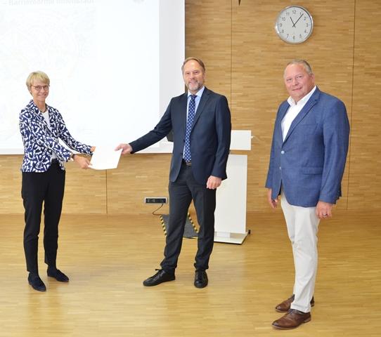 Das Bild zeigt v.l.: Regierungspräsidentin Dorothee Feller, Baudezernent Siegfried Schweigmann und den Landtagsabgeordneten Josef Hovenjürgen. Bildquelle: Bezirksregierung Münster
