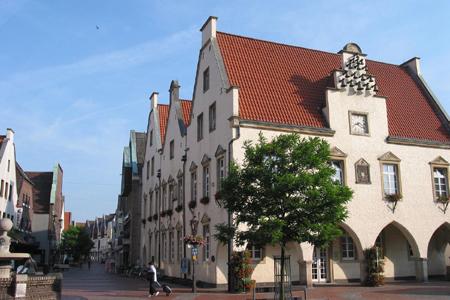 Dorothee Feller überreichte die Auszeichnung an Dr. Horstfried Masthoff, Bürgermeister Bodo Klimpel gehörte zu den ersten Gratulanten.