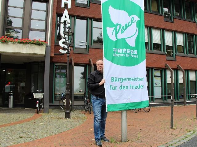 Bürgermeister Bodo Klimpel hisste die Fahne.