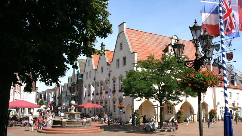 Marktplatz mit Rathaus und Brunnen - Foto: Stadtagentur
