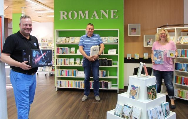 Bodo Klimpel (li.), Dirk Meussen und Andrea Coenen-Brinkert stellen die Neuerungen in der Bücherei vor.