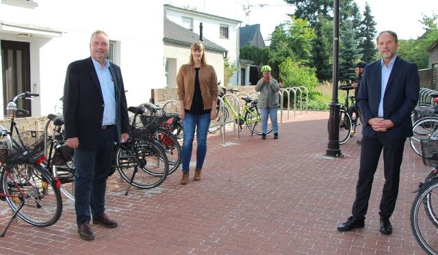 Sie weihten den neuen Fahrradparkplatz an der Mühlenstraße ein, v.li., Bürgermeister Bodo Klimpel, Carolin Ostrop und Baudezernent Siegfried Schweigmann.