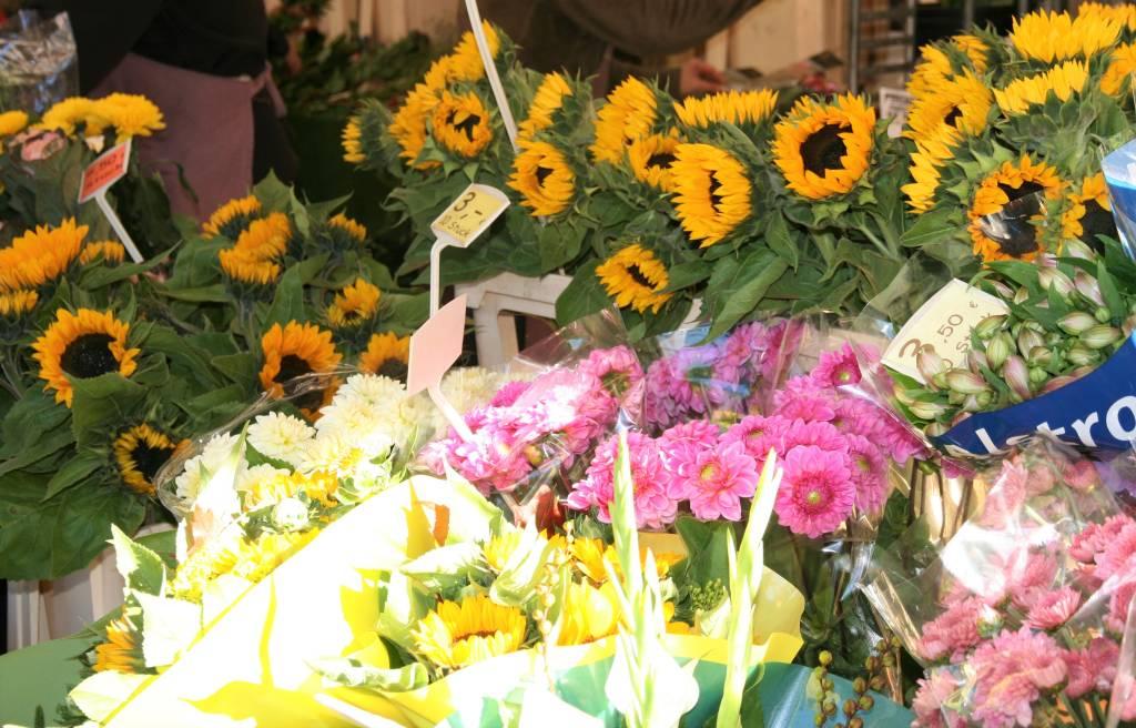 Blumen auf dem Wochenmarkt-Foto Stadtagentur
