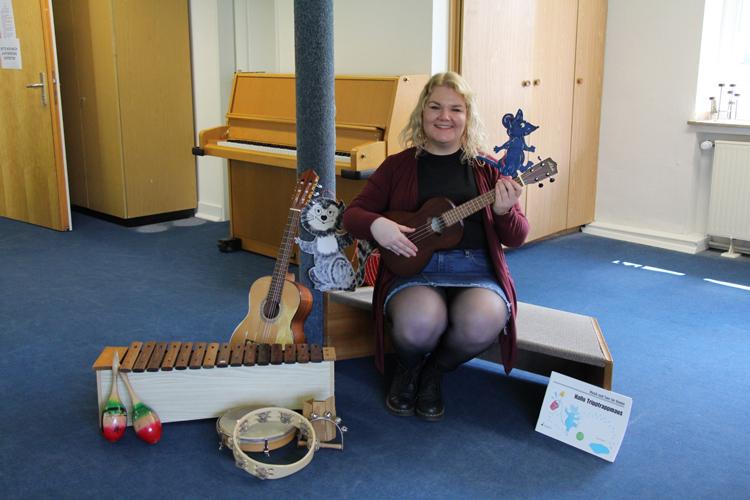 Anne Marien mit Musikinstrumenten