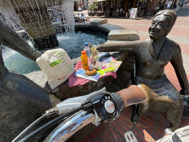 Foto Foodbag mit Inhalt am Brunnen