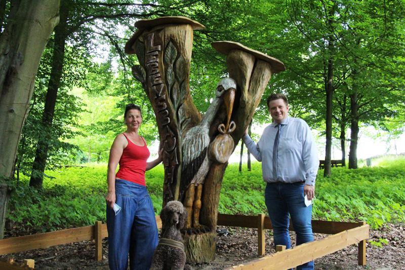 Bürgermeister Andreas Stegemann und Künstlerin Anja von Grünhagen neben der neuen Stele