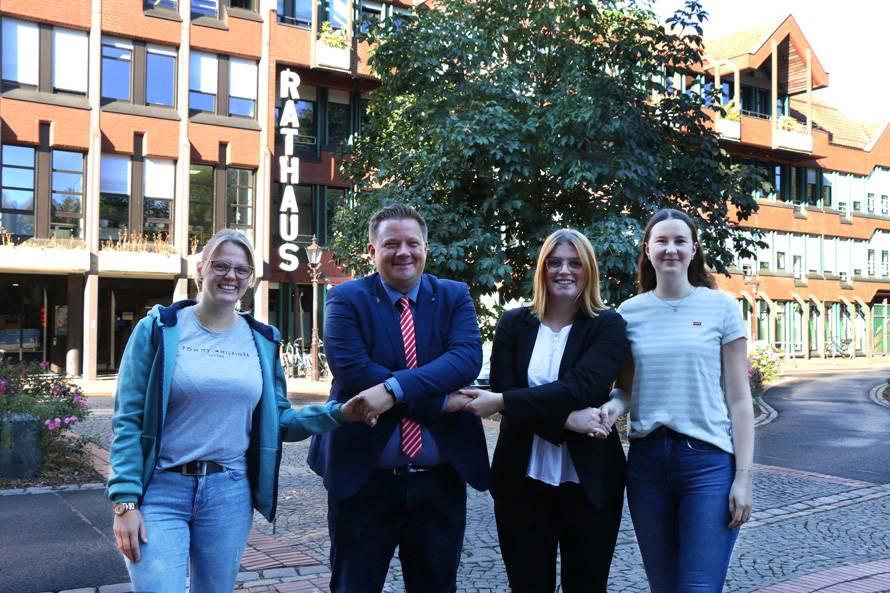 Unsere Auszubildenden vor dem Rathaus