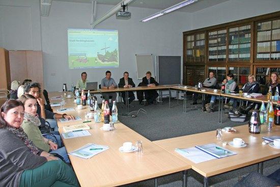 Etwa 160 Personen nahmen an den Schulungen teil. Im Bild unter anderem: Volker Hülsmann (Fachbereichsleiter Kinder, Jugend und Familie, 3.v.l., vorne) und Joachim Glenneschuster (städtischer Jugendhilfeplaner, 4.v.l., vorne).