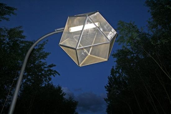 """Mit dem Einsetzen der Dämmerung wurden die """"Mückenhäuser"""", die Skulpturen des Künstlers Michael Sailstorfer, entlang der Kunstmeile angeschaltet"""
