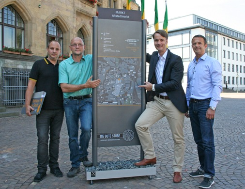 Stadtmarketingleiter Georg Gabriel (2.v.r.), Andreas Kunze (Firma Jödicke Kunze, r.), Marco Jödicke (Firma Jödicke Kunze, l.) und Udo Menke (Abteilung Straßenneubau, 2.v.r.) stellen das neue Fußgängerleit- und Informationssystem vor.