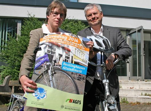 Andreas Rapien (Fachbereichsleiter Planen, Umwelt, Bauen, r.) und Dr. Marianne Scholas (städtische Verkehrsplanerin, l.) stellen das Programm zum Fahrradtag 2014 vor.