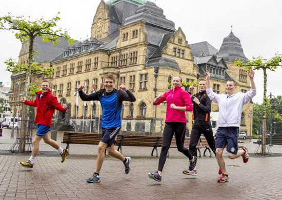 Pressefoto mit Läufern vor dem Rathaus der Agentur Wieland