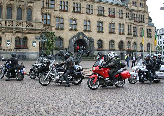 Motorradfahrer auf dem Rathausplatz