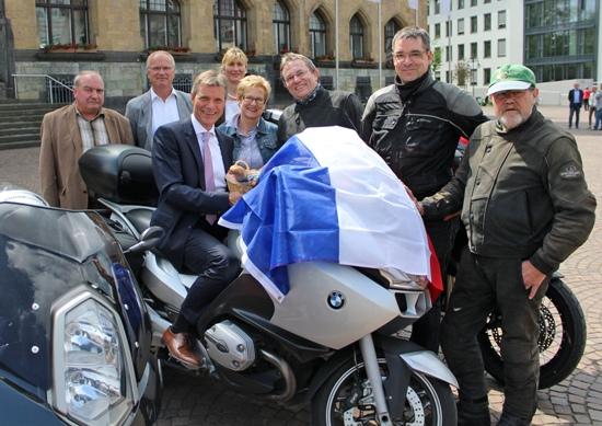 Bürgermeister Christoph Tesche (3.v.l.) stellt gemeinsam mit  Michel Bocquet (Douai-Experte, v.l.), Karl-Heinz Broß (stellvertretender Leiter der BRÜCKE), Carmen Greine (Leiterin der BRÜCKE), Angela und Claus Kauba (Gaelic Motorbike-Tours), Marcus Schraeder und Heinz Kaiser (Tour-Begleiter) das Programm zur Reise nach Douai vor