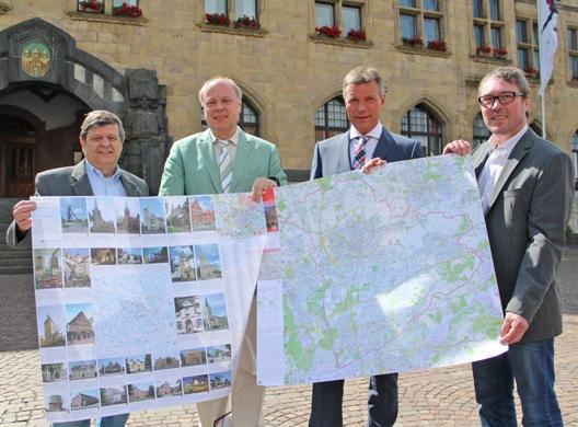 Bürgermeister Christoph Tesche (2.v.r.) stellt gemeinsam mit Jürgen Pohl (Leiter Volkshochschule Recklinghausen, r.), dem Ersten Beigeordneten Georg Möllers (2.v.l.) und Reinhard Wohlfahrt (Sachgebietsleiter Geoinformationssysteme, l.) den neuen Stadtplan vor