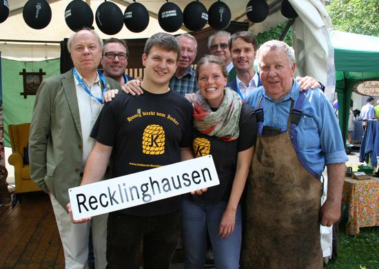 Erster Beigeordnete Georg Möllers (l.), Georg Gabriel (Stadtmarketing-Leiter, Fachbereich Wirtschaftsförderung, Standortmanagement, Stadtmarketing, 2.v.r.), Jürgen Pohl (Vorsitzender des Vereins für Orts- und Heimatkunde und VHS-Leiter, 2.v.l.), Imker Jens Keinhörster (3.v.l.) sowie Zarah Franke (Imkerei Keinhörster, 5.v.l.), Rolf Rose (4.v.l.), Gerd Schenk (beide Gilde der Stadtführer, 3.v.r.) und Schmied Günter Niehaus (r.) präsentierten an beiden Tagen Recklinghausen mit einem eigenen Stand