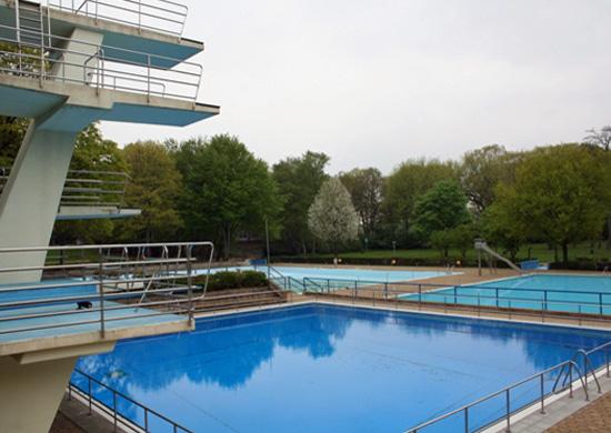 Schwimmbecken im Freibad