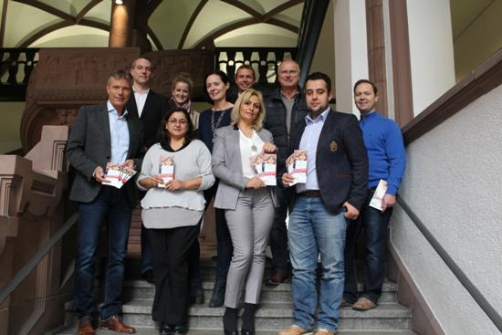 Die neue Broschüre ist ein Gemeinschaftsprojekt von Brücke, Ausländerbehörde und Integrationsrat - Bürgermeister Christoph Tesche stellt sie zusammen mit Karl-Heinz Broß, Daniel Prichalla und Sinan Özen sowie weiteren Mitgliedern des Integrationsrates vor.