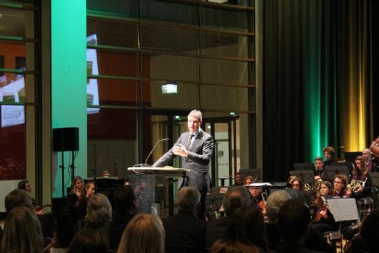 Bürgermeister Christoph Tesche begrüßt die kulturinteressierten Bürgerinnen und Bürger im Ruhrfestspielhaus.
