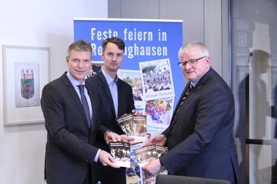 Sie stellten die neue Stadtfeste-Broschüre vor (v.l.): Bürgermeister Christoph Tesche, Georg Gabriel, stellvertretender Leiter des Fachbereichs Wirtschaftsförderung, Standortmanagement und Stadtmarketing sowie Wirtschaftsdezernent Ekkehard Grunwald.