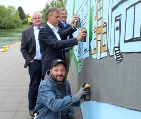 Künstler Markus Becker (vorne), Bürgermeister Christoph Tesche, Stadtkämmerer Ekkehard Grunwald und Axel Tschersich, Fachbereichsleiter Wirtschaftsförderung, stellen das Projekt vor.