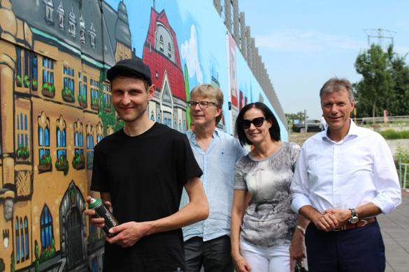 Sie sind stolz auf eines der größten Graffitis an einem der kleinsten Häfen in Deutschland (v. l.): Graffiti-Künstler Michael Rockstein, Geschäftsführer der Altstadtschmiede Klaus Iwannek, Marina Hajjar vom Kulturausschuss und Bürgermeister und Initiator Christoph Tesche.