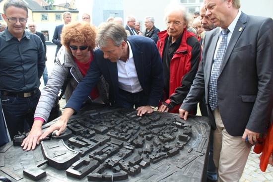 Bürgermeister Christoph Tesche (3.v.l.) hat zusammen mit dem Ersten Beigeordneten Georg Möllers (r.) und interessierten Bürgern das Tastmodell eingeweiht.