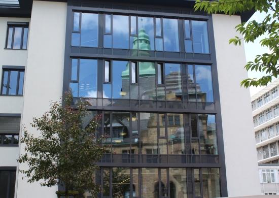 Stadthaus A mit Spiegelung des Rathauses