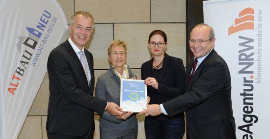 Klimaschutzmanagerin Anne Wiesen (2.v.r.) und die stellvertretende Bürgermeister Christel Dymke (2.v.l.) nehmen die Auszeichnung entgegen.