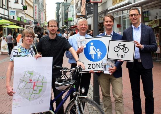Am 1. Juni ging es los. Sie präsentierten die neuen Schilder für das Radfahren in der Altstadt: Dr. Marianne Scholas und Simon Vogt , beide Verkehrsplanung, der Technische Beigeordnete Norbert Höving, Georg Gabriel und Jochen Sandkühler vom Stadtmarketing.