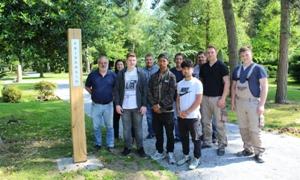 Pressefoto: Vertreter der KSR und der städtischen Jugendwerkstatt Quellberg mit den Jugendlichen stellten die Eichen-Stele vor.