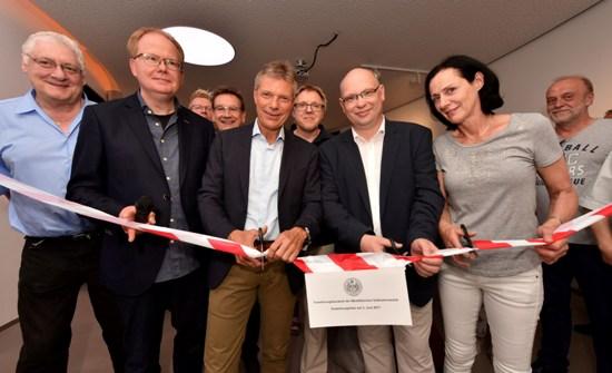 Pressefoto -  Erweiterungsbau Sternwarte; offizielle Einweihung mit Bürgermeister Christoph Tesche, 3.v.l., und Sternwartenleiter Dr. Burkard Steinrücken, 2.v.l.,.