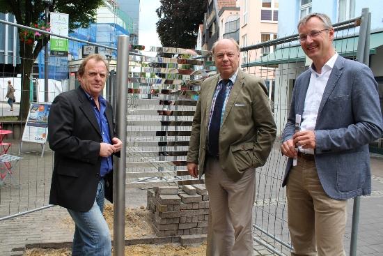 Wolfgang Käber, Fachbereich Kinder, Jugend und Familie, der Erste Beigeordnete Georg Möllers und Axel Tschersich, Fachbereichsleiter Wirtschaftsförderung, v. l., stellten den Spielpunkt Streifenspiegel am Holzmarkt vor.
