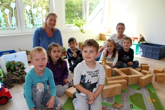 KiTa.jpg - Die Erzieherinnen Angelika Woite und Jessica Jesse - v. l. - spielen mit den Kindern ab jetzt in der renovierten KiTa.