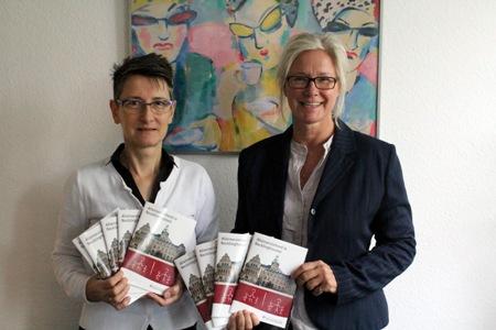 Broschüre.jpg - Ramona Pauge, Funktion und Gabriele Steuer, Gleichstellungsbeauftragte, stellen die neue Broschüre - Alleinerziehend in Recklinghausen - vor -