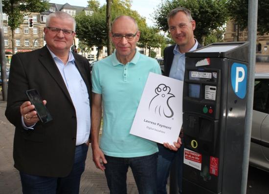 Beigeordneter Ekkehard Grunwald, Rainer Hans, Geschäftsführer Infotech, und Axel Tschersich, Fachbereichsleiter Wirtschaftsförderung, stellten die App vor, mit der Parktickets bezahlt werden können.