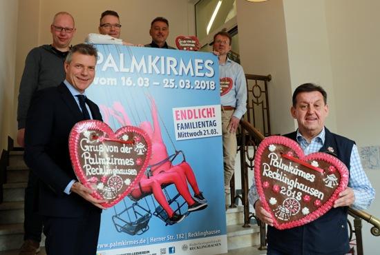 Informierten über die Palmkirmes 2018: Bürgermeister Christoph Tesche und Richard Abendroth, Vorsitzender des Schaustellervereins Vest Recklinghausen, sowie weitere Vertreter von Stadtverwaltung und Schaustellerverein.