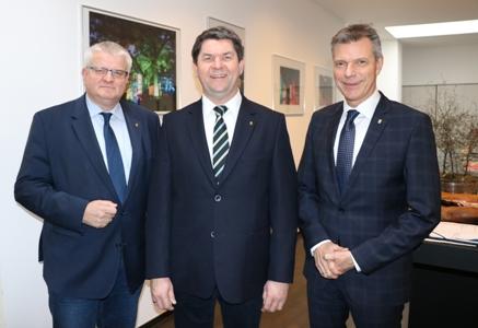Pressefoto - Ralf Krietemeyer - Mitte -  ist der neue Fachbereichsleiter Gebäudewirtschaft. Bürgermeister Christoph Tesche - r.- und Beigeordneter Ekkehard Grunwald waren bei der Vorstellung mit dabei.