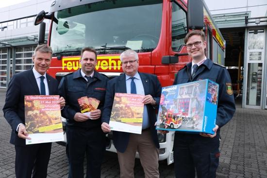 Bürgermeister Christoph Tesche, v.l.n.r., Feuerwehr-Chef Thorsten Schild, Beigeordneter Ekkehard Grunwald und stellvertretender Feuerwehr-Chef Daniel Richmann stellten das Programm zum ersten Stadtfeuerwehrtag vor.