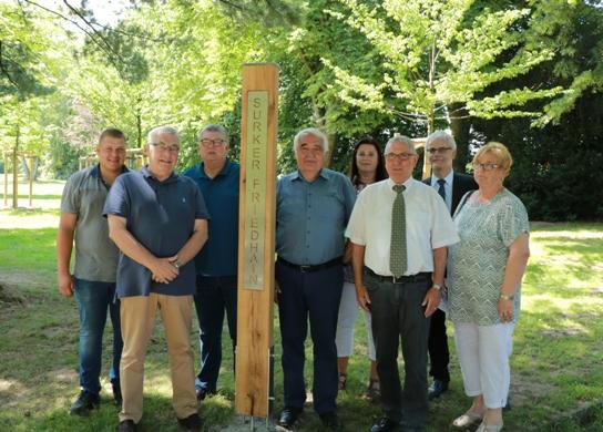 Vertreter aus Verwaltung und Politik stellten den Surker Friedhain auf dem Friedhof Suderwich vor.