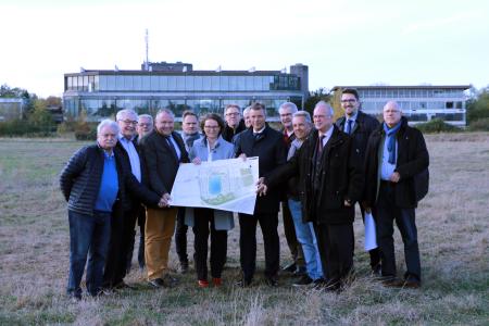 Bürgermeister Christoph Tesche und Ministerin Ina Scharrenbach  präsentieren gemeinsam mit Vertretern aus Verwaltung und Politik das Konzept für das Projekt  - Wohnen am Wasser -