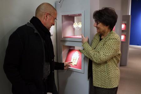Begutachten die Ikonen-Sammlung: Dr. Hans-Jürgen Schwalm, Direktor der städtischen Museen Recklinghausen, und Eva Haustein-Bartsch, Leiterin des Ikonen-Museum Recklinghausen.