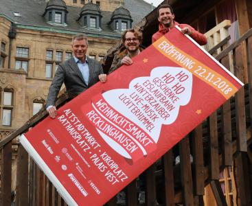 Sie freuen sich auf die Eröffnung des Weihnachtsmarktes am 22. November: Bürgermeister Christoph Tesche sowie Philipp Schwarzhoff und Marius Ebel von der Arena Recklinghausen GmbH