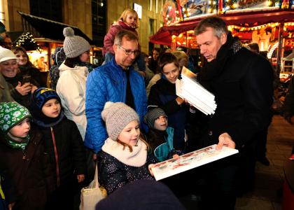 Auf dem Platz vor dem Palais Vest verteilte Bürgermeister Christoph Tesche 1000 kostenlose Adventskalender an große und kleine Besucher des Weihnachtsmarktes.