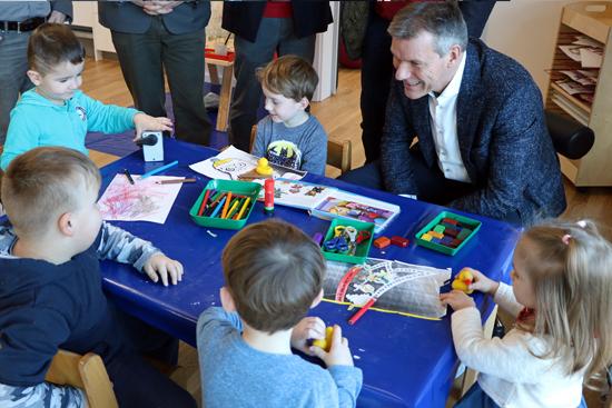 Bürgermeister Christoph Tesche stattete den Kindern der neuen KiTa an der Grullbadstraße einen Besuch ab.