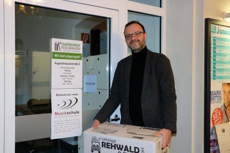 Pressefoto - Musikschulleiter Stefan Prophet freut sich auf den vorübergehenden Umzug in die ehemaligen Räumlichkeiten der Stadtbibliothek im Willy-Brandt-Haus.